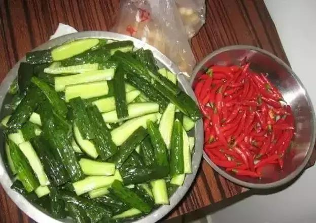 爱吃黄瓜的快看看,这样腌黄瓜,味道比肉还好吃!