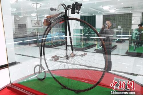"""图为1861年意大利产世界上首辆大小轮自行车""""燕子自行车""""。 杨艳敏 摄"""
