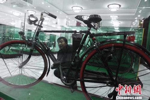 图为观者被古董自行车所吸引。 杨艳敏 摄