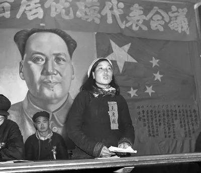 1953年2月,山西省平顺县西沟村李顺达农林畜牧生产合作社副社长——模范军属申纪兰在长治专署首届优抚模范代表会议上作报告