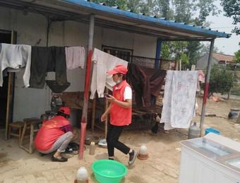 县民政局组织的志愿队来到柳林镇火头刘村