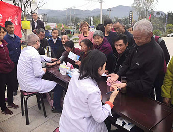 安庆市卫健委到黄柏村开展扶贫健康义诊